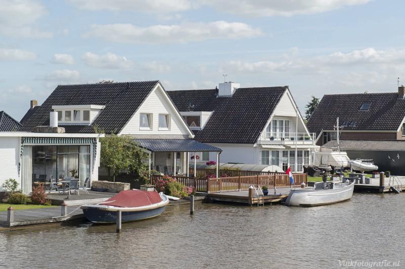 Huis en boot aan water foto