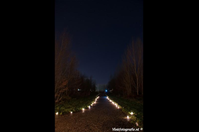 titel kerst verlicht pad